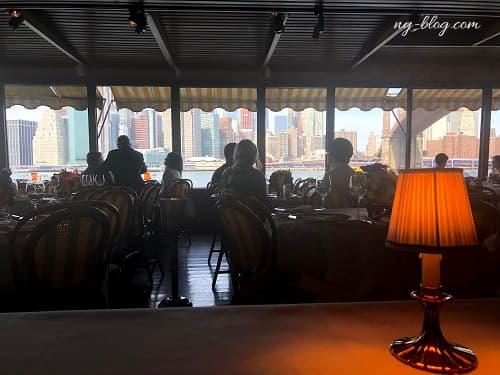 ニューヨークのリバーカフェの店内